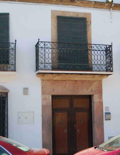 Casa de la familia Gómez Criado. Su belleza estriba en la sencillez de sus muros encalados, presentando retorcidos herrajes