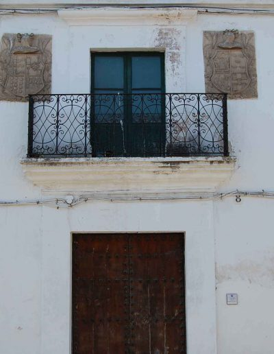 Casa de los Criado de Sotomayor. Su construcción es de los años 20 o 30 del siglo XX, muy reformada. Tiene escudos del s. XVIII