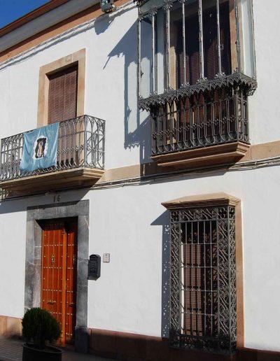 Casa de la familia Criado. Situada en la calle Blas Infante. Data del s. XIX y es de arquitectura popular de la zona