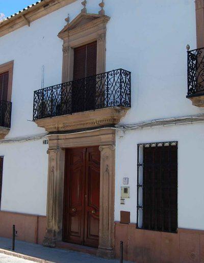 Palacio de los marqueses de Monterreal. Construida en el s. XIX y ubicada en la calle Alta. Su portada de orden neoclásico