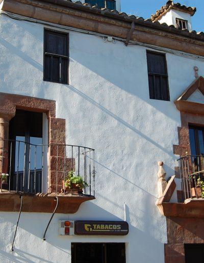 Casa del Vicario. Del S. XVIII. Presenta balcón central con frontón en piedra molinaza y original balcón en esquina