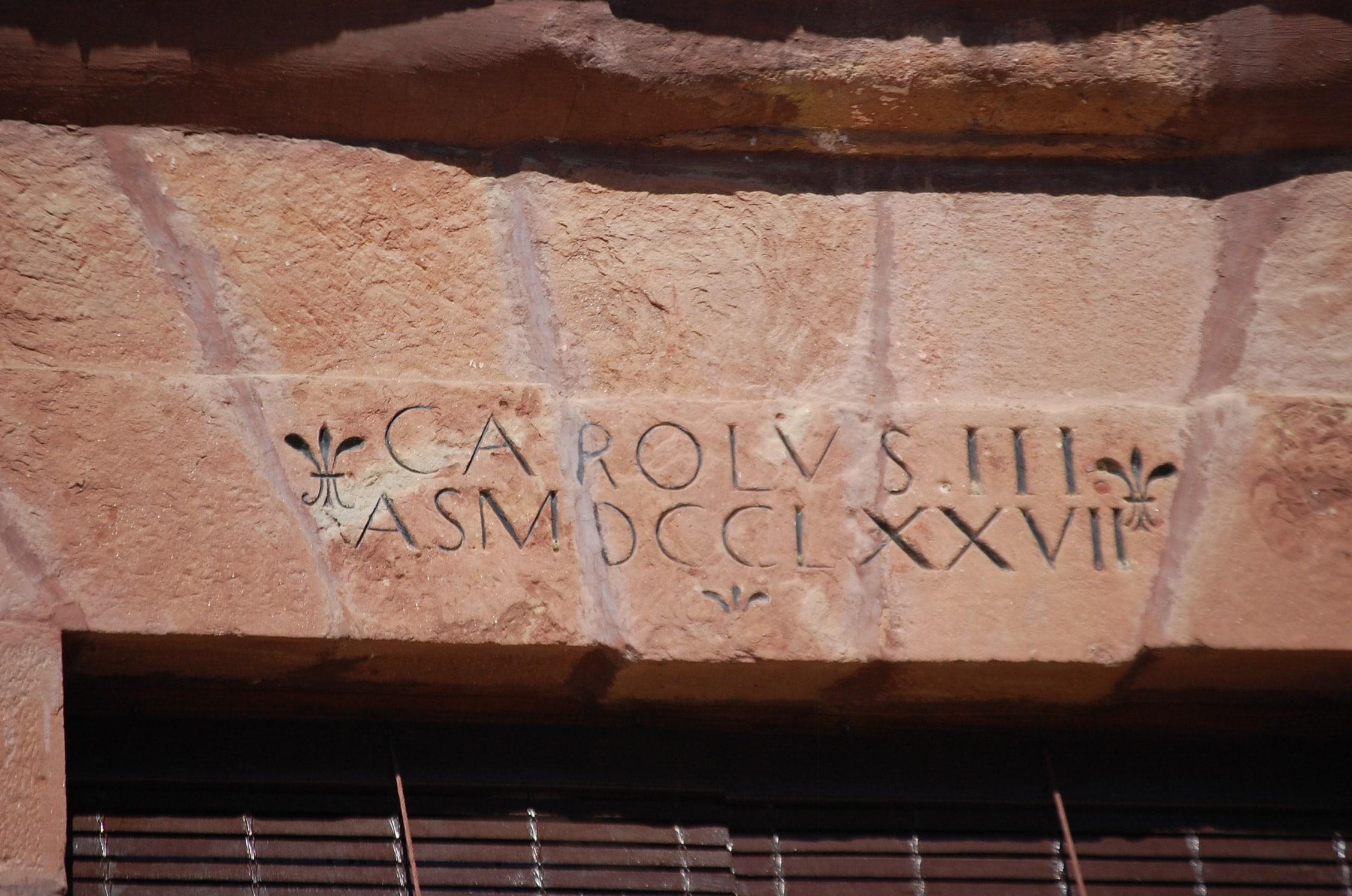 Antigua casa capitular. Edificio del s. XVIII decorado con piedra molinaza de la zona. Cuenta con una inscripción