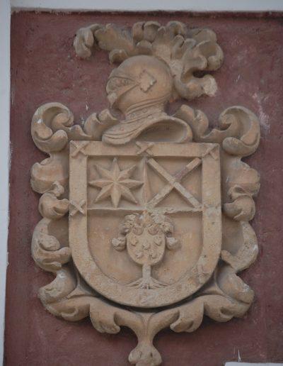 Casa de las Cadenas. Sus escudos son Bien de Interés Cultural. El blasón situado a la izquierda es el de Armas de D. Alonso