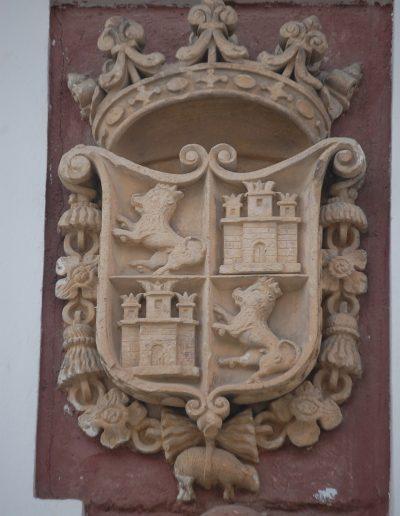 Casa de las Cadenas. Sus escudos son Bien de Interés Cultural. El blasón situado a la derecha es el Escudo Real de España