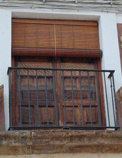 Casa de las cadenas. Del XVII-XVIII, de titularidad municipal. Destaca su portada y escudos BIC. Expone obras de P. Bueno