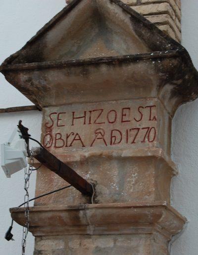 Casa de las cadenas. Situado en la calle Blas Infante. De época barroca, reconstruido en el s. XVIII