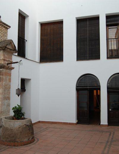 Casa de las Cadenas. En el patio interior se localiza un pozo con una inscripción: SE HIZO ESTA OBRA ADI 1770
