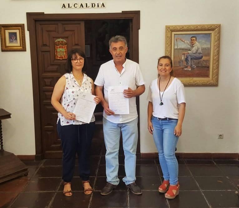 Firma del convenio con el Club de Natación. 1