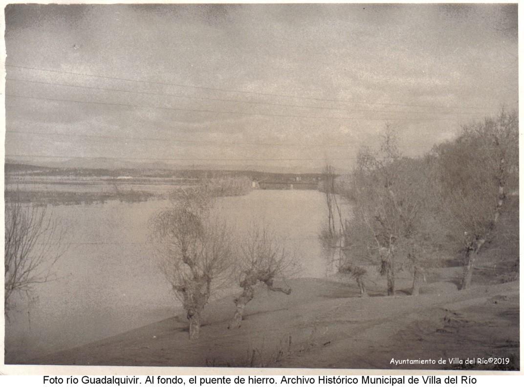 Río Guadalquivir con el puente de hierro