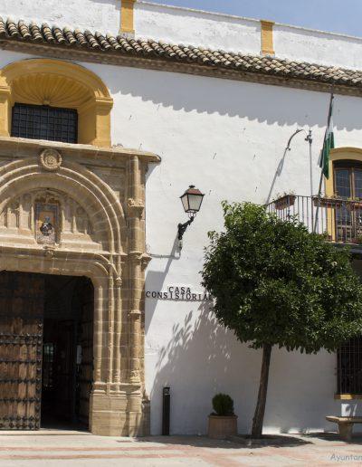 La portada gótica del castillo presenta decoración cardina, arco de medio punto con molduras y la imagen de San Pedro