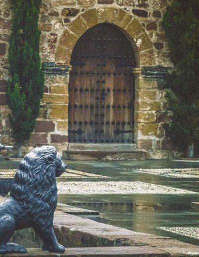 El castillo tiene forma rectangular. Fue conquistado en 1235 por Fernando III y adjudicado a Fernán Ruíz de Aguayo