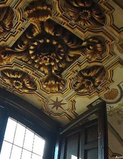 El castillo presenta una mezcla de arquitecturas y elementos decorativos de diferentes culturas