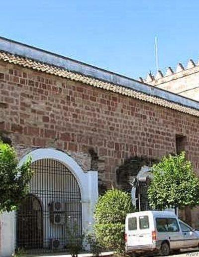 Torreón situado en la terraza del Castillo. En la parte posterior vemos el arranque de las bóvedas de dos antiguas Capillas