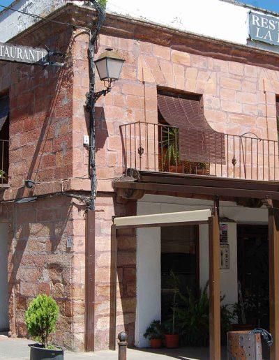 Antigua casa capitular. Arquitecto: Ventura Rodríguez. Cuenta con un esquema con dos cuerpos adintelados y varios balcones