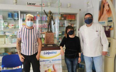 La farmacia de Carmen Lope Monasterio acoge el boceto de 'El Segador de Villa del Río'