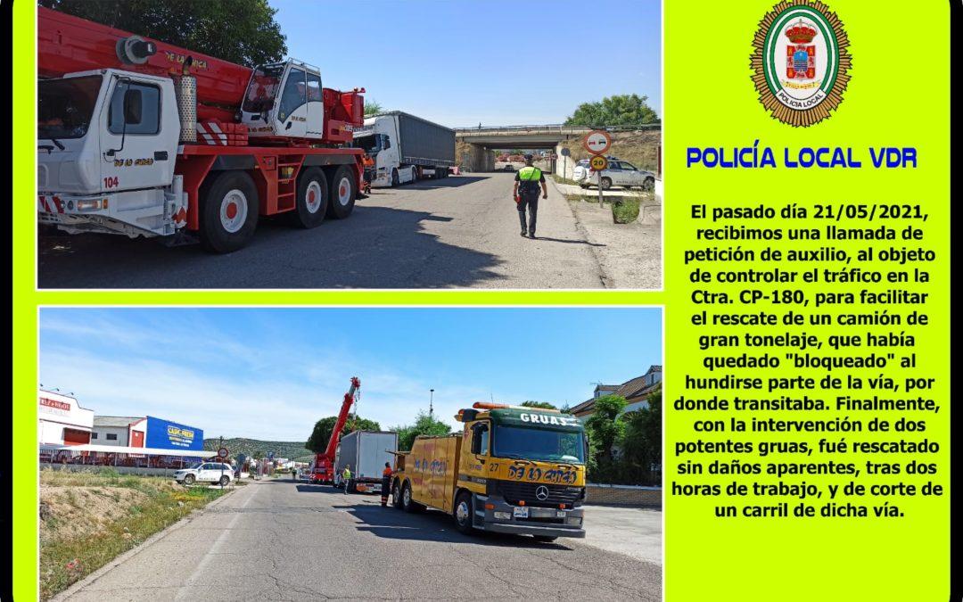 POLICÍA LOCAL | INTERVENCIÓN EN EL CONTROL DE TRÁFICO PARA EL RESCATE DE UN CAMIÓN EN LA CP-180