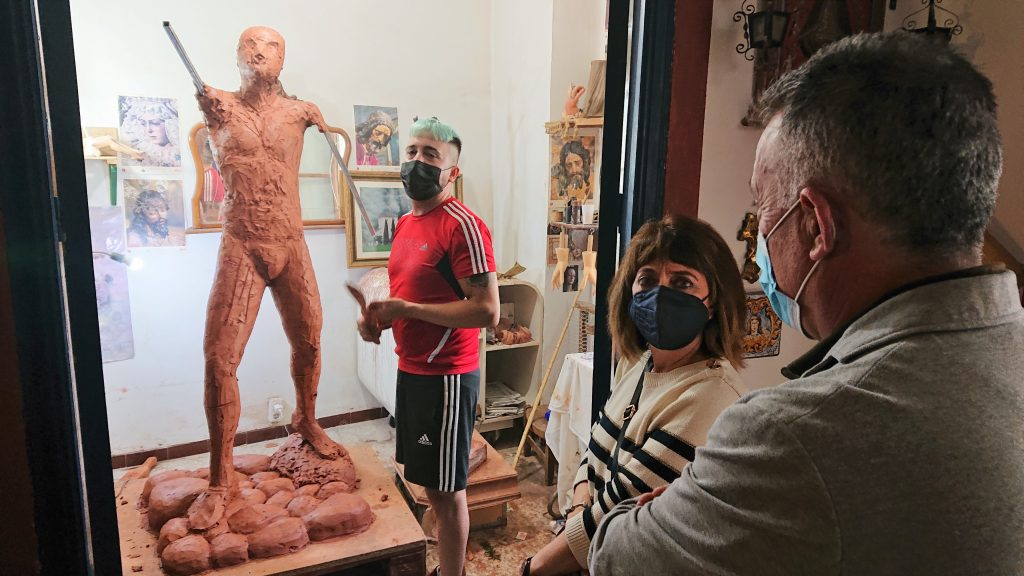 Plaza del Segador | El escultor - imaginero Sebastián Montes Carpio perfila la escultura 'El Segador de Villa del Río' 8
