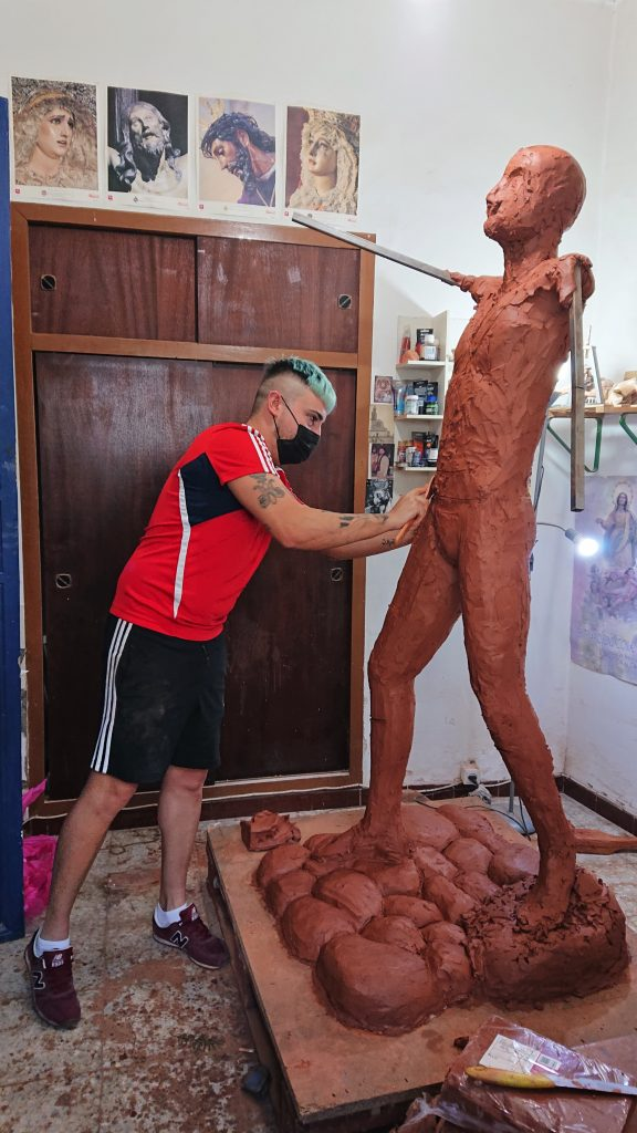 Plaza del Segador | El escultor - imaginero Sebastián Montes Carpio perfila la escultura 'El Segador de Villa del Río' 6
