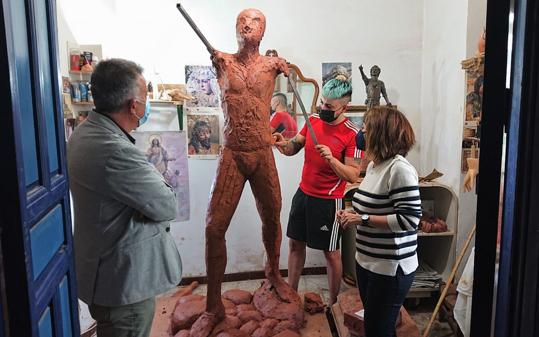 Plaza del Segador | El escultor - imaginero Sebastián Montes Carpio perfila la escultura 'El Segador de Villa del Río' 1