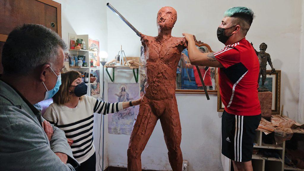 Plaza del Segador | El escultor - imaginero Sebastián Montes Carpio perfila la escultura 'El Segador de Villa del Río' 9