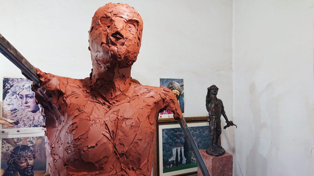 Plaza del Segador | El escultor - imaginero Sebastián Montes Carpio perfila la escultura 'El Segador de Villa del Río' 3