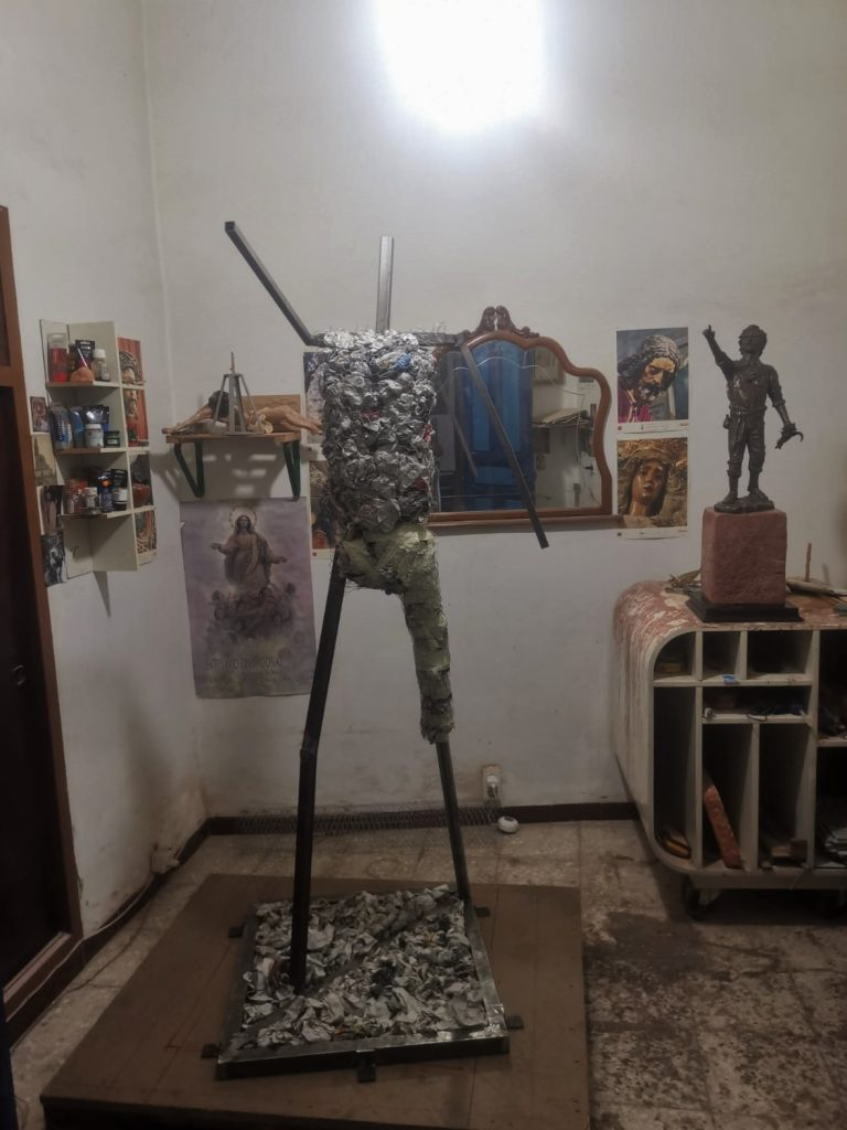 Plaza del Segador | El escultor - imaginero Sebastián Montes Carpio perfila la escultura 'El Segador de Villa del Río' 5